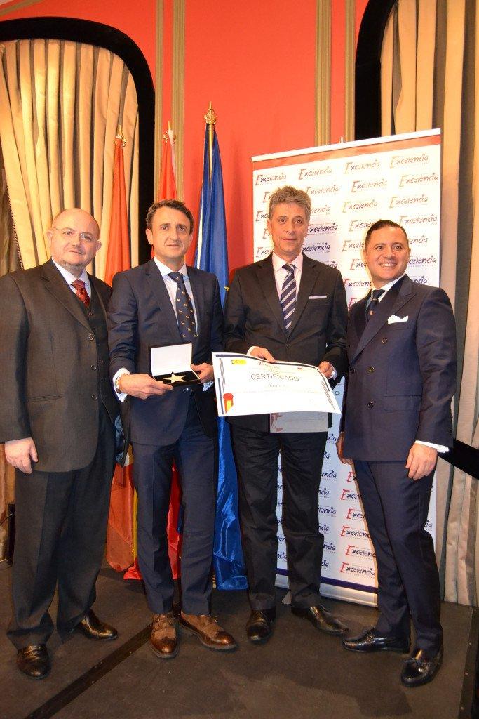 Representantes de Murprotec recogiendo el premio Estrella de Oro de la mano de los portavoces del Instituto para el Excelencia Profesional