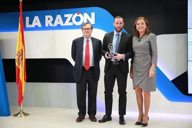 Miguel Ángel López recibiendo el premio de manos de Francisco Marhuenda y Carmen Vela 2