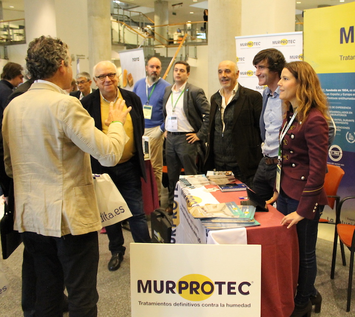 El arquitecto Federico Soriano charlando con el equipo de Murprotec en su espacio expositivo.