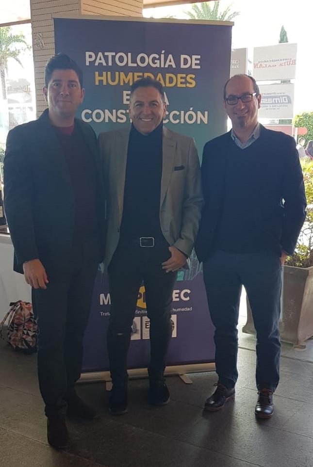 Juan Federico Gallardo y Javier Maestre con el cantante Frank Bravo.