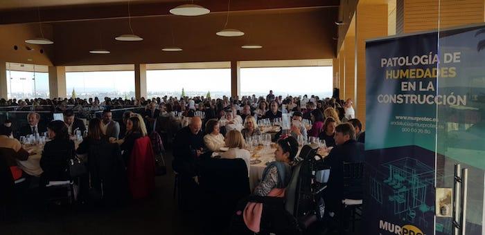 Momento del almuerzo solidario en las Bodegas Luis Pérez.
