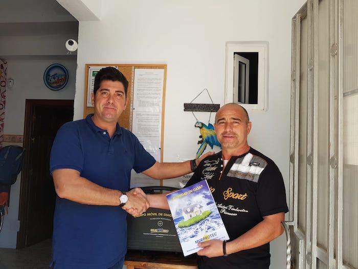 Javier Maestre (Técnico de Diagnosis de Murprotec) y Andrés Cabeza, gerente de los apartamentos turísticos Veraneando en Conil.