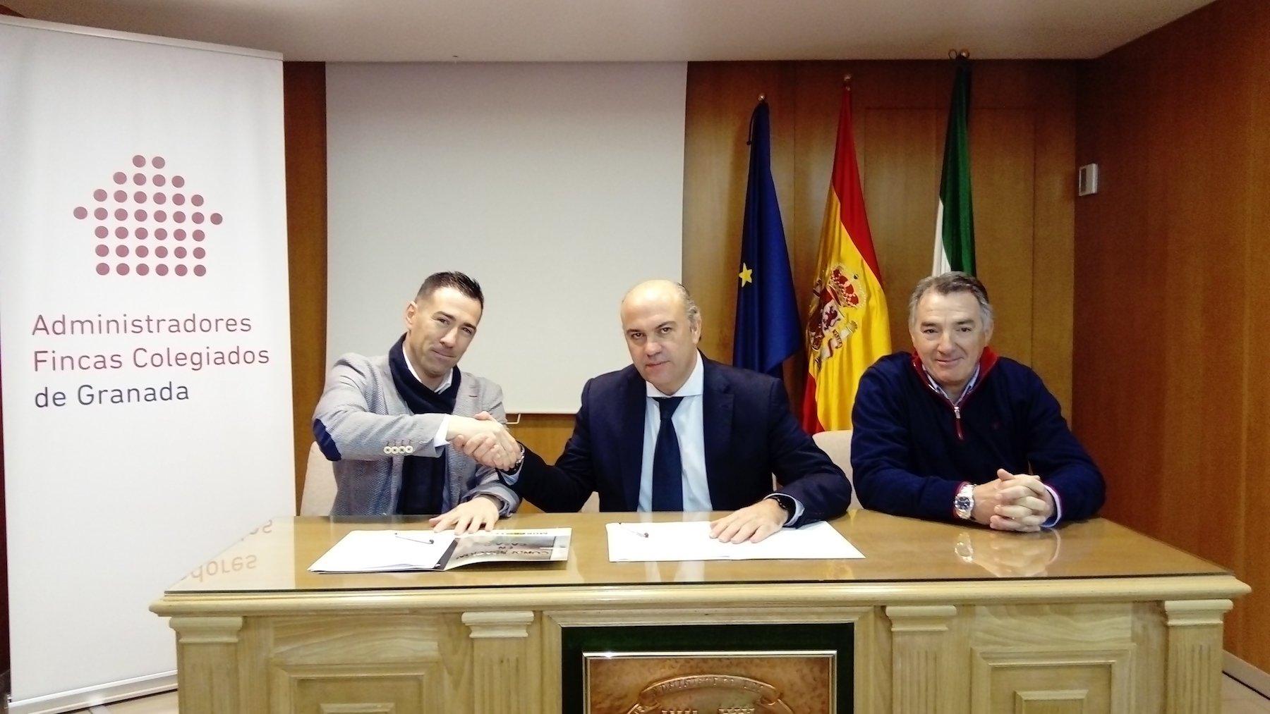 Momento de la firma del convenio entre CAF Granada y Murprotec