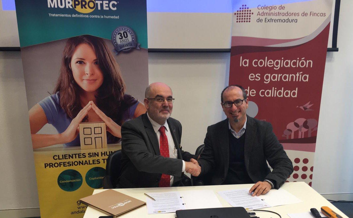 Juan Federico Gallardo y Juan Antonio Martin, vicepresidente del CAF Extremadura, durante la firma del convenio.