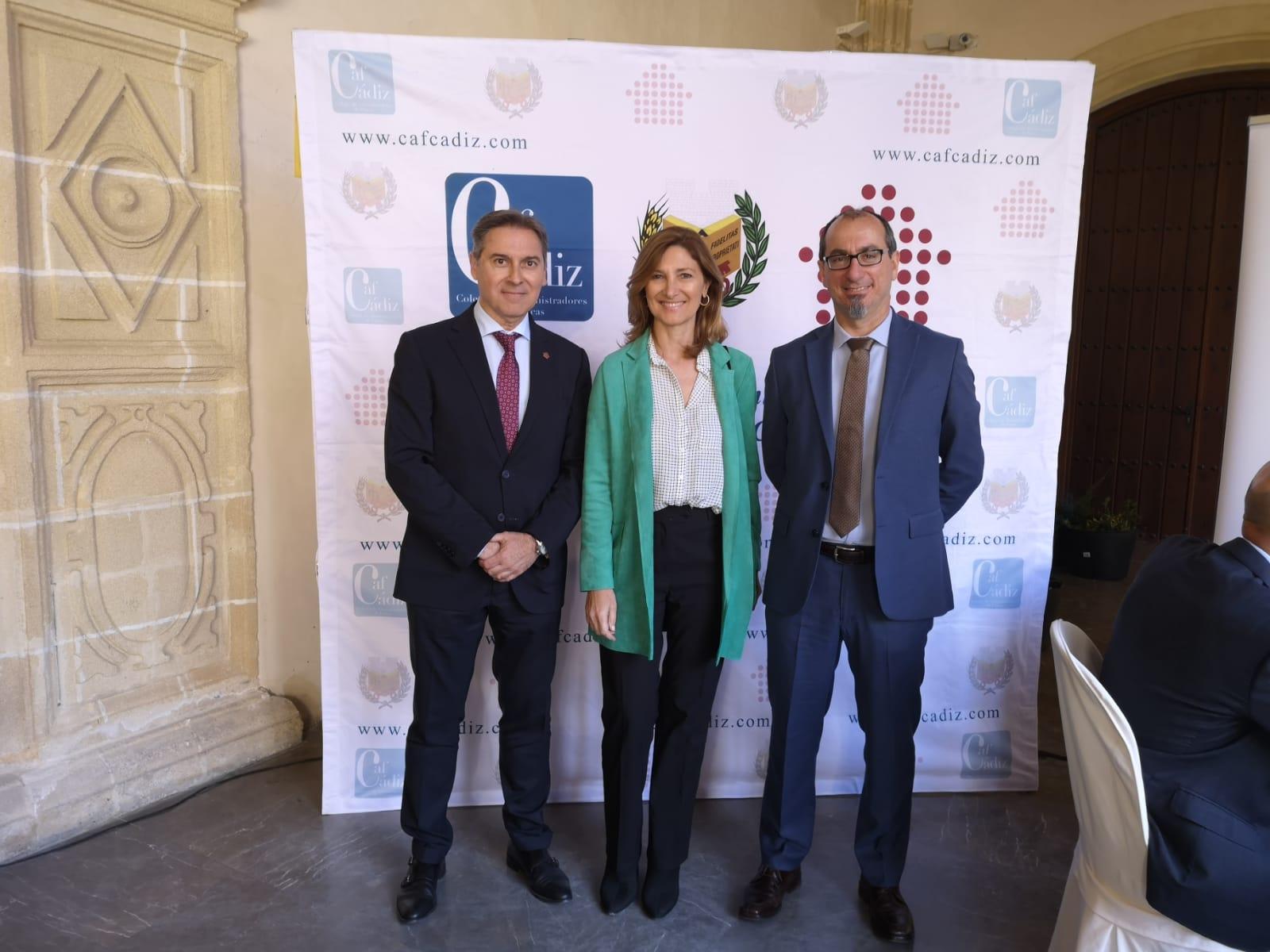 Juan Federico Gallardo junto a Alicia Martínez, Secretaria General de Vivienda de la Junta de Andalucía, y José Feria, Presidente del CAF Sevilla.