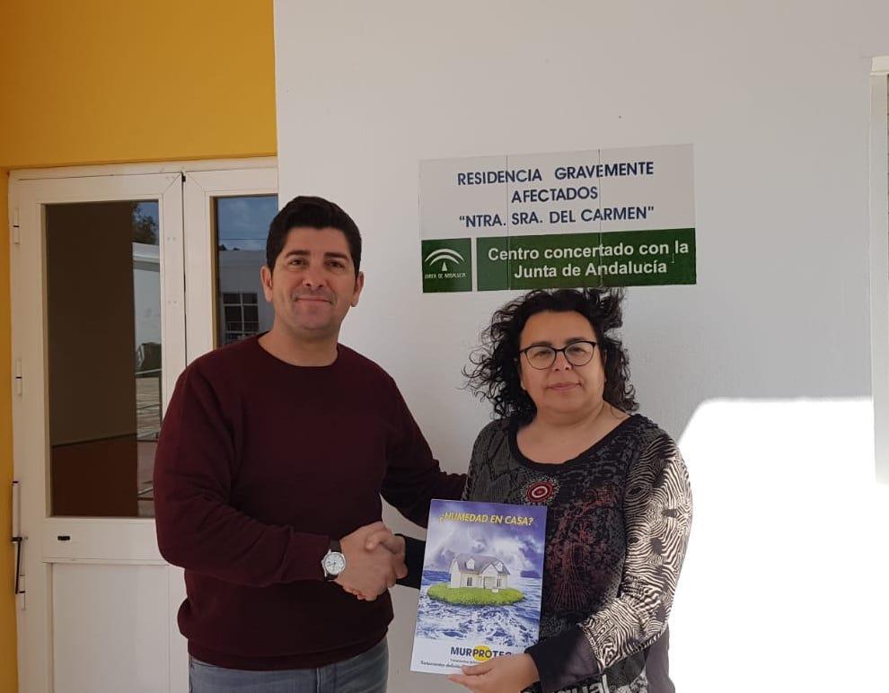 Javier Maestre, técnico de diagnosis de Murprotec con Eva María Silva Gandiaga, gerente del centro.