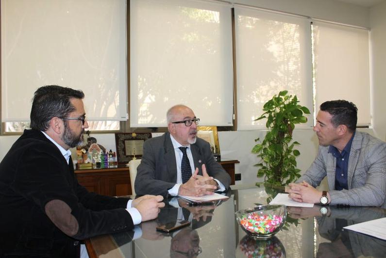 Momento de la firma del convenio entre CAF Málaga y Melilla y Murprotec.
