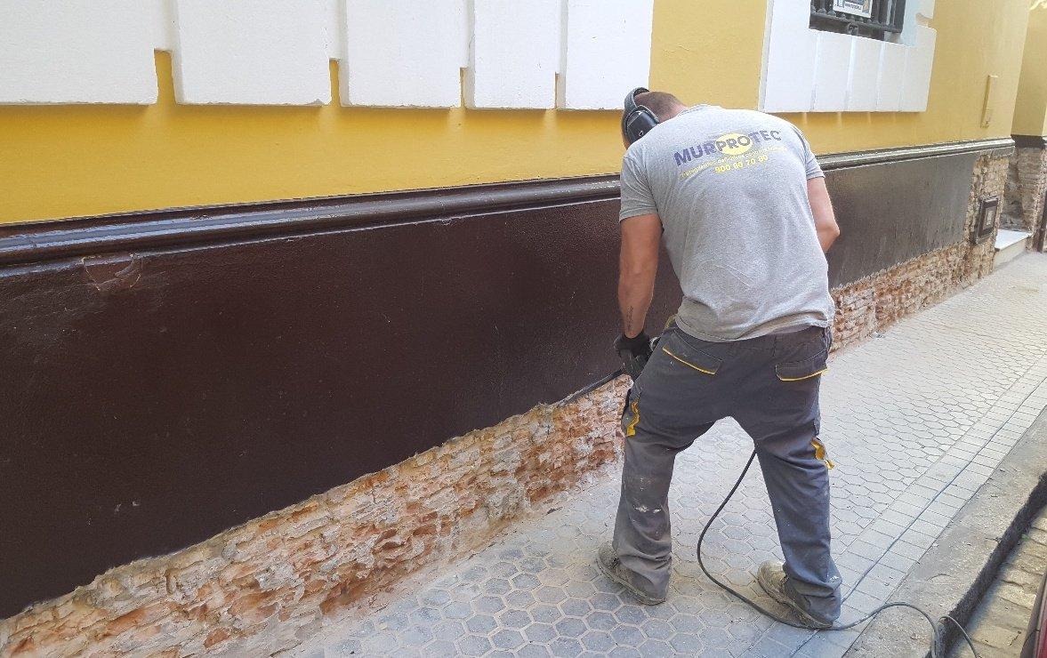 El equipo de Murprotec acometiendo el tratamiento en la fachada.