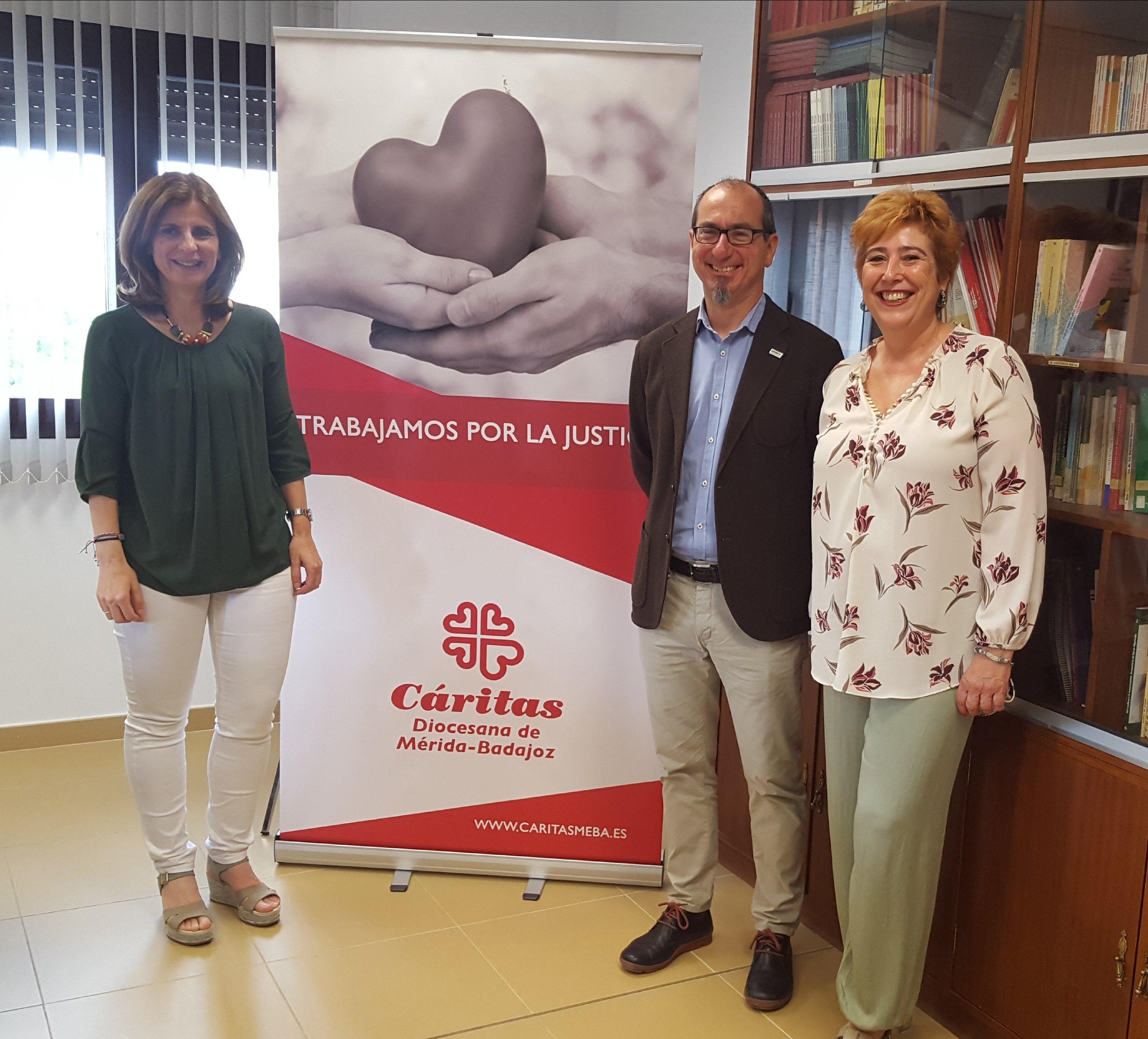 Juan Federico Gallardo, director de Murprotec en Badajoz con las responsables de Cáritas en la región