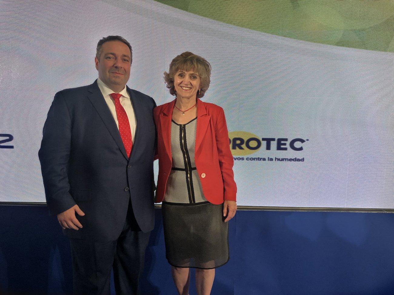 La ministra de Sanidad, Maria Luisa Carcedo y Miguel Ángel Arana, director de Marketing de Murprotec en los Premios A Tu Salud