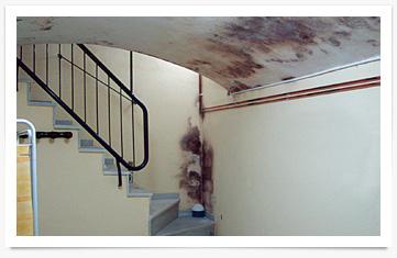 Manchas de humedad por condensación en escalera
