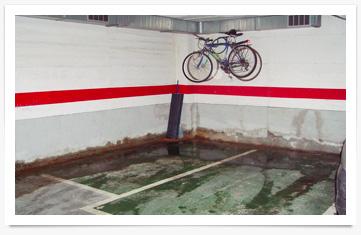 Humedades por filtración lateral en un garaje