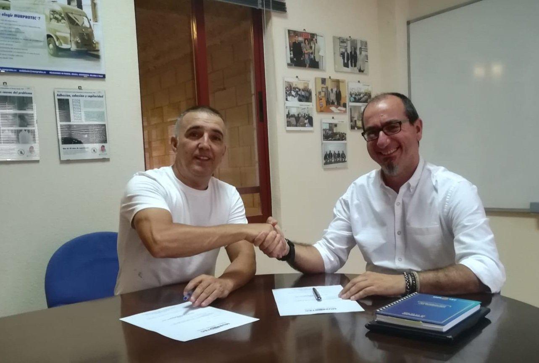 Momento de la firma del convenio de colaboración. Izqda. Antonio Mendoza, director general del Grupo Campa y Juan Federico Gallardo, director de Murprotec en Andalucía Occidental.