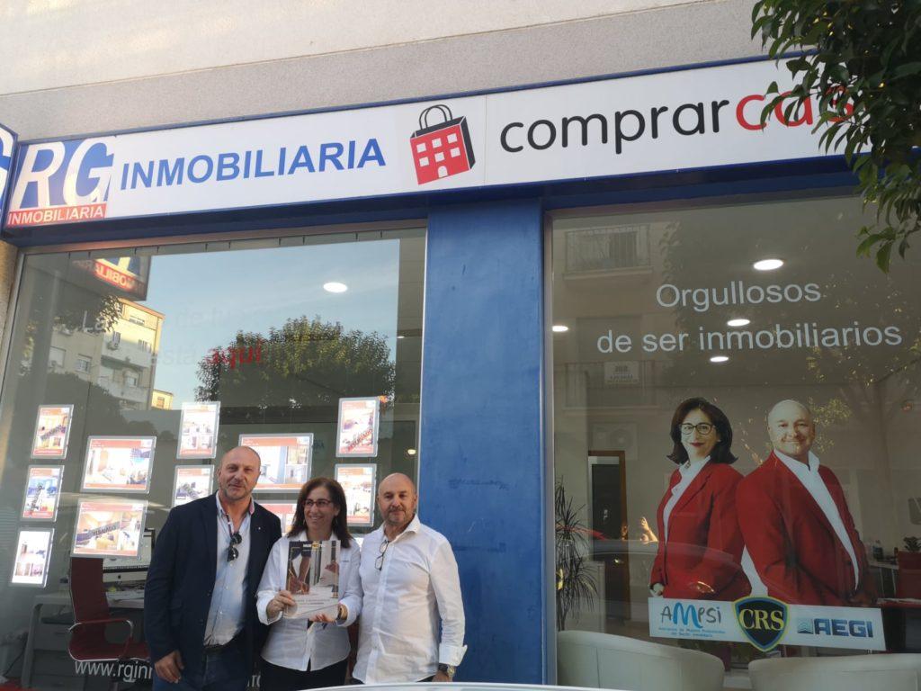 Tras la firma del convenio. De izqda. a dcha. Juan José Gallardo, Técnico de diagnosis de Murprotec en Badajoz junto al equipo de RG Inmobiliaria, Beni Hernández y Ramón Felipe Gómez.