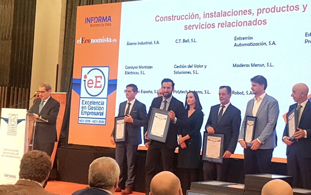 Miguel Ángel López, director general de Murprotec en España y Portugal en el momento de recibir el certificado.