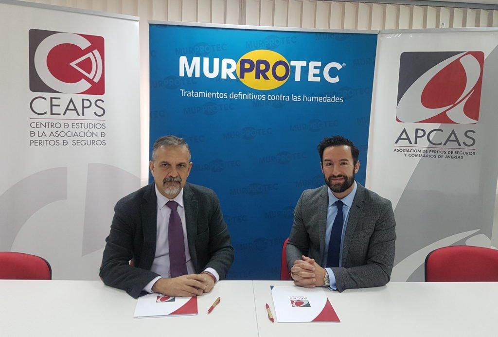 Momento de la firma del acuerdo entre APCAS y Murprotec. De izqda. a dcha. Fernando Muñoz y Miguel Ángel López.