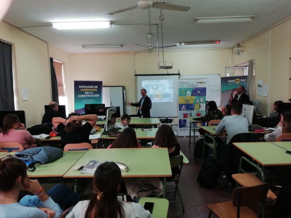Juan Federico Gallardo durante la jornada de formación en la Escuela de Artes y Oficios Manuel Inurria de Córdoba.