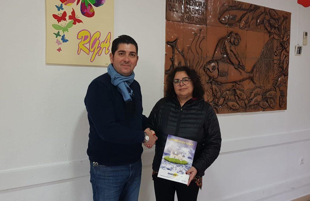 Javier Maestre, técnico de diagnosis de Murprotec con Eva María Silva Gandiaga, directora del centro.