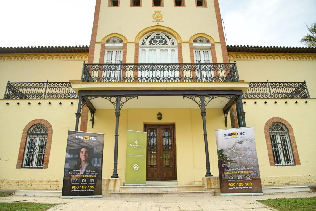Exterior del Colegios de Aparejadores de Málaga donde tuvo lugar la jornada técnica