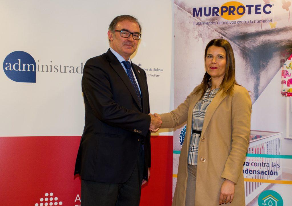 El presidente de la Junta de Gobierno del Colegio, Pablo Abascal y Begoña Sánchez directora de Murprotec en la zona norte tras la firma del convenio