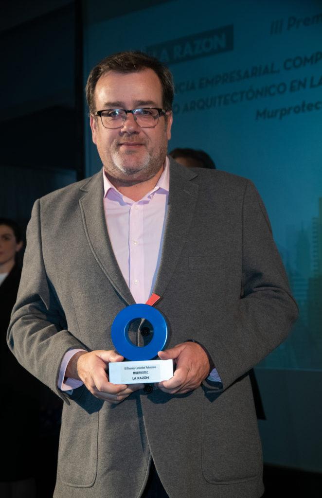 Valentín Ballesteros, director de Murprotec Levante durante la entrega del premio