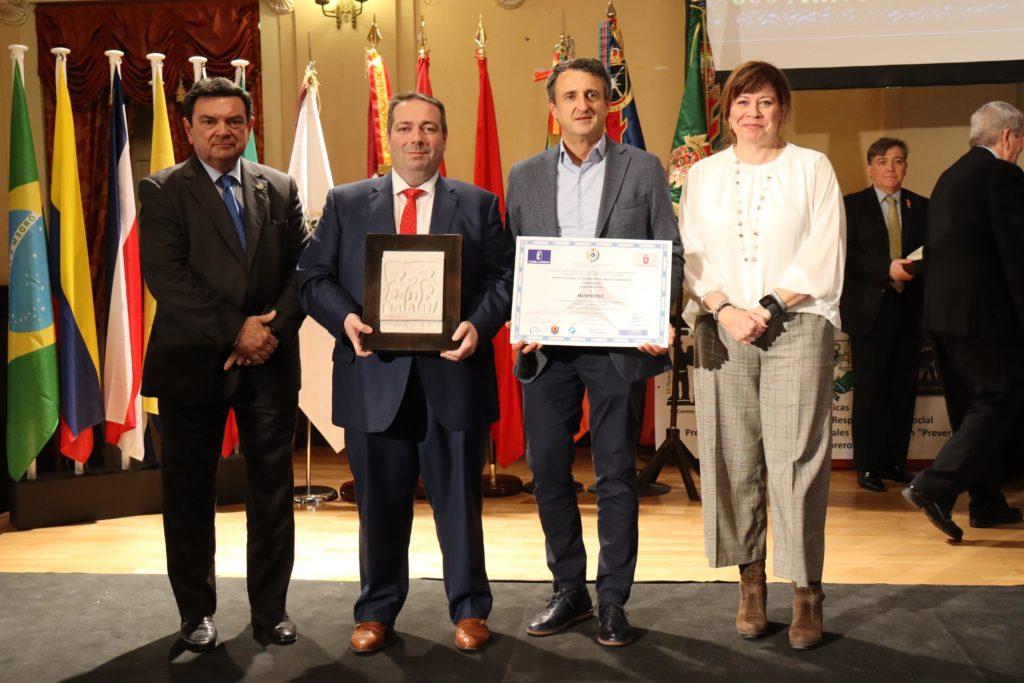 Miguel Ángel Arana, Ángel Cano justo con autoridades presentes en el acto recogiendo el premio