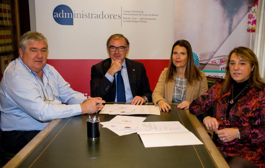 Momento de la firma del convenio entre Pablo Abascal y Begoña Sánchez y con la presencia de M.ª Paz Ramos, e Iñigo Soroa
