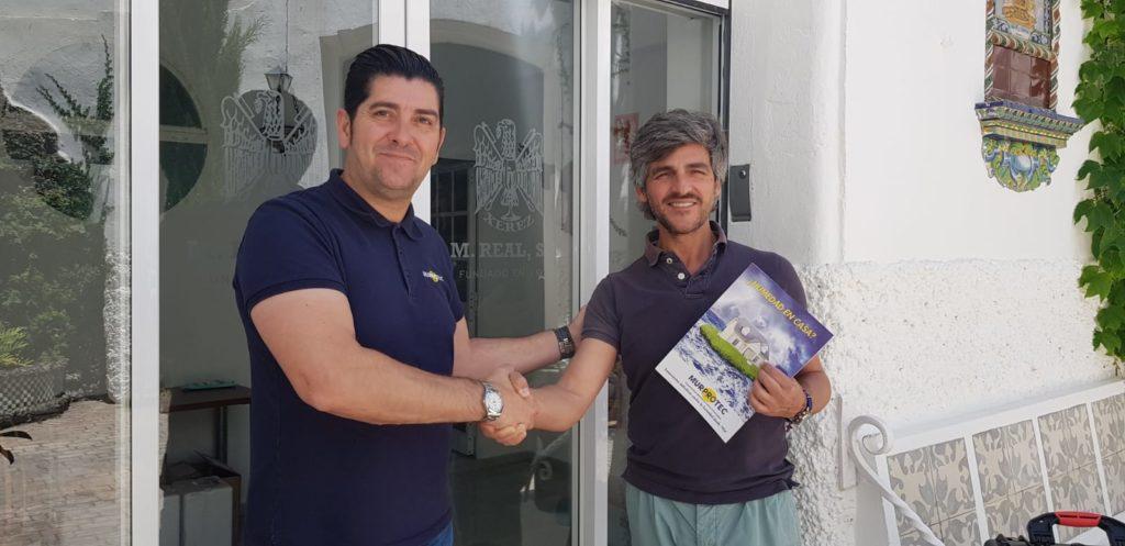 Javier Maestre, técnico de diagnosis de Murprotec con Antonio Real Figueroa, gerente y jefe de administración del laboratorio