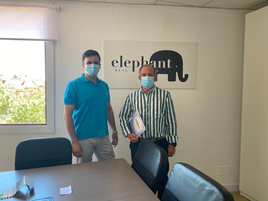 Tras la firma del convenio. De izqda. a dcha. Jesús Abio y Félix Barragán, gerente de Elephant Real Estate en la agencia de Villalba