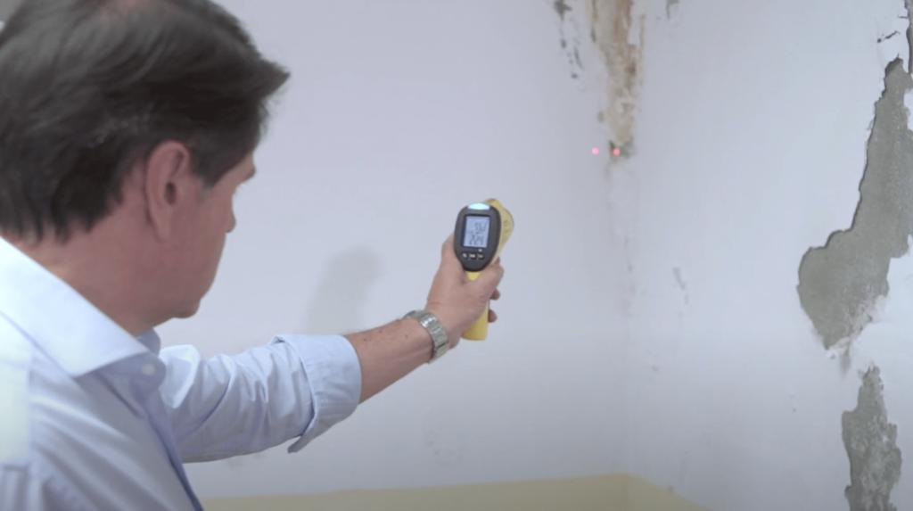 Técnico Murprotec realizando diagnóstico completo sobre humedades