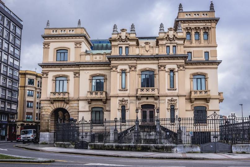 Antiguo edificio del Banco Urquijo ubicado en Gijón y nueva sede formativa de Murprotec