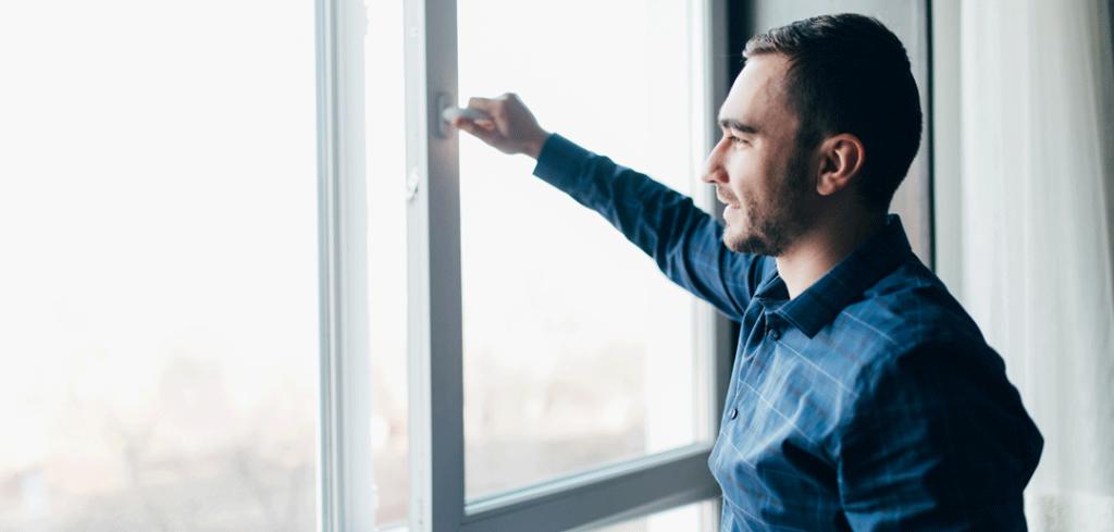 Hombre abriendo ventana