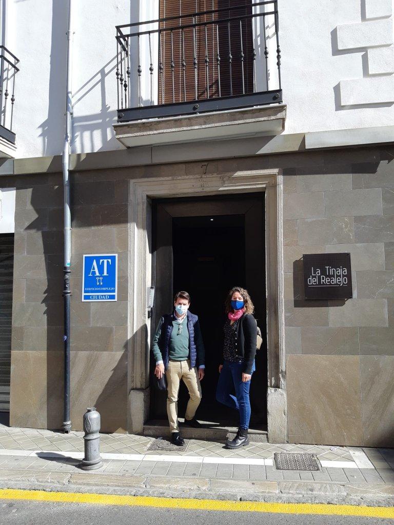 De izqda. a dcha. Jorge Díaz Gutiérrez, técnico de diagnóstico de Murprotec y María del Rosario Cassinello Sola, gerente de LA Tinaja del Realejo.