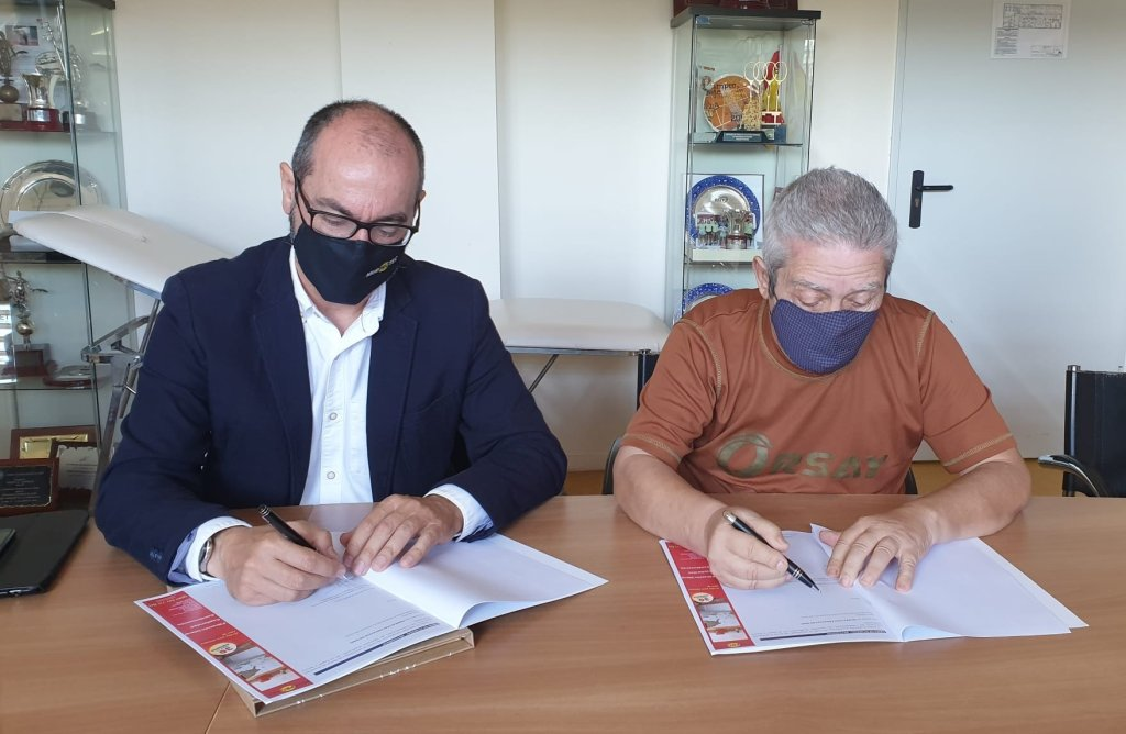Juan Federico Gallardo, director de Andalucía de Murprotec y Juan Miguel Navas, presidente de la FAT, durante la firma del convenio.