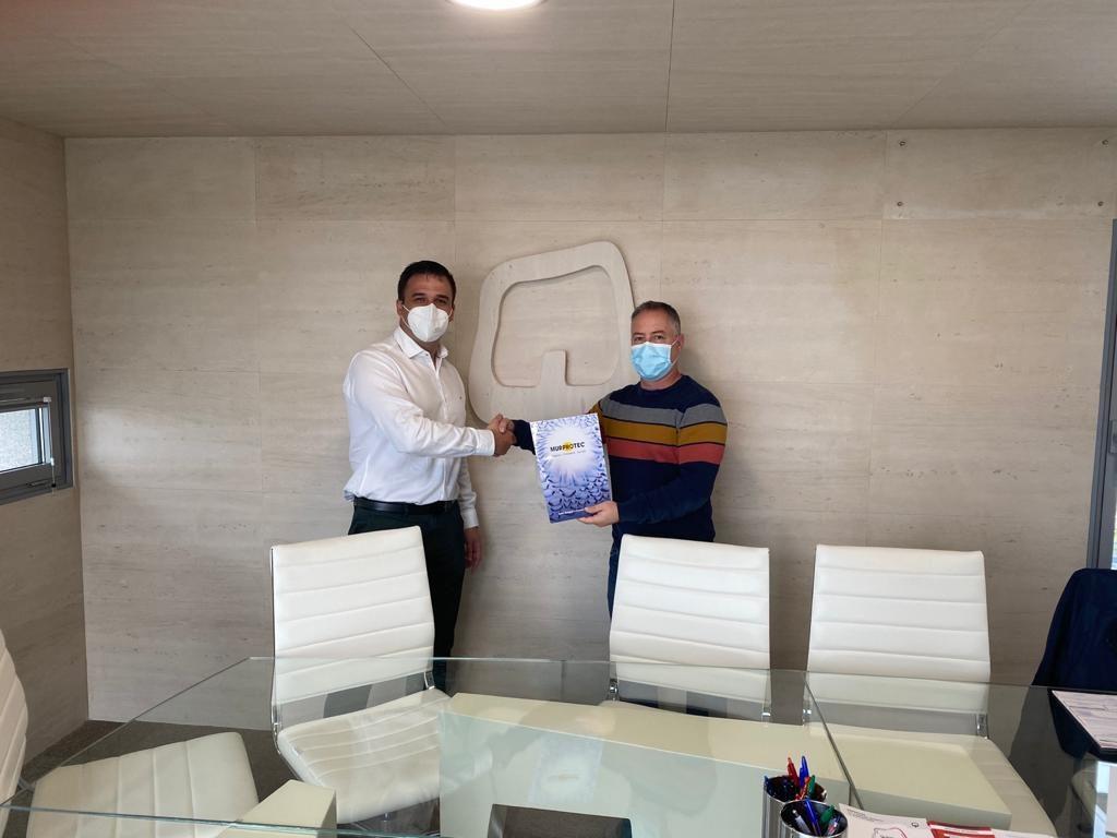 Momento de la firma del acuerdo entre Francisco Linares arquitecto técnico de Quality Iridium y Jesús Abío, técnico de diagnosis de Murprotec.