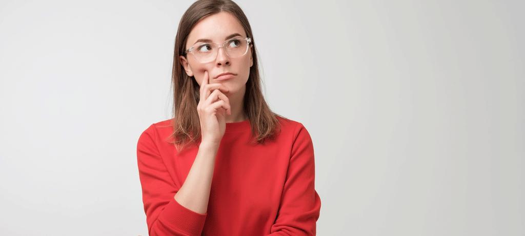 mujer preocupada por los mitos contra las humedades