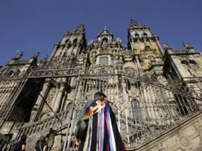 Vista de la fachada de la Catedral de Santiago, cuya torre derecha está inclinada 40 centímetros. (Foto: XOAN REY)
